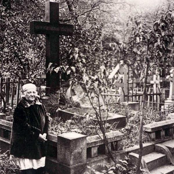 Евгения Александровна Свиньина в советском Ленинграде у могилы мужа